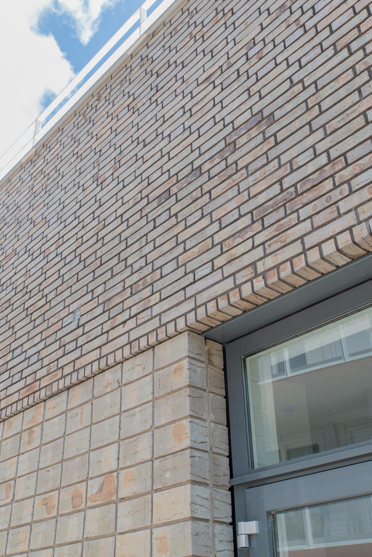 Detail van verschillend metselwerk boven een raam