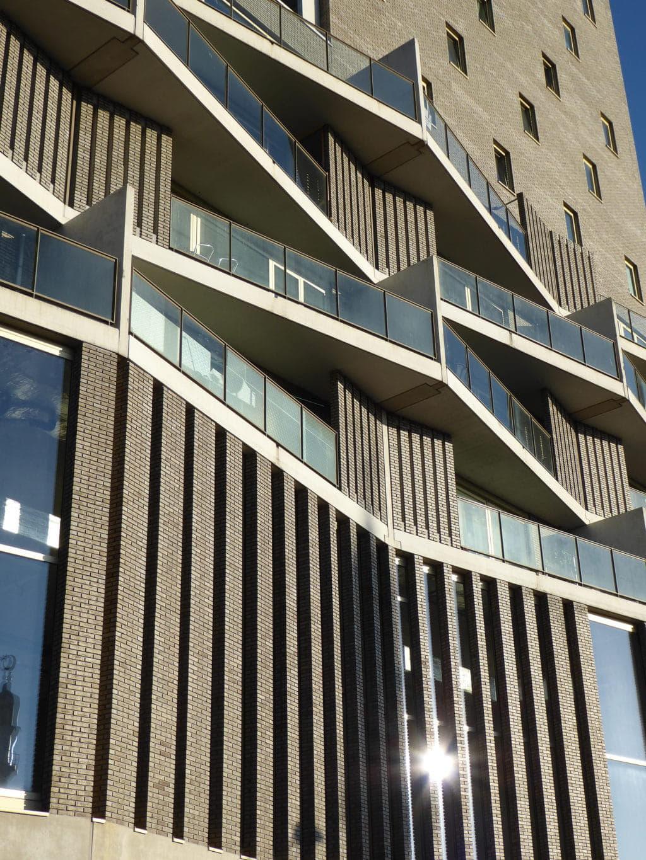 De Kameleon Karspeldreef Amsterdam kolommen balkon en hoogbouw