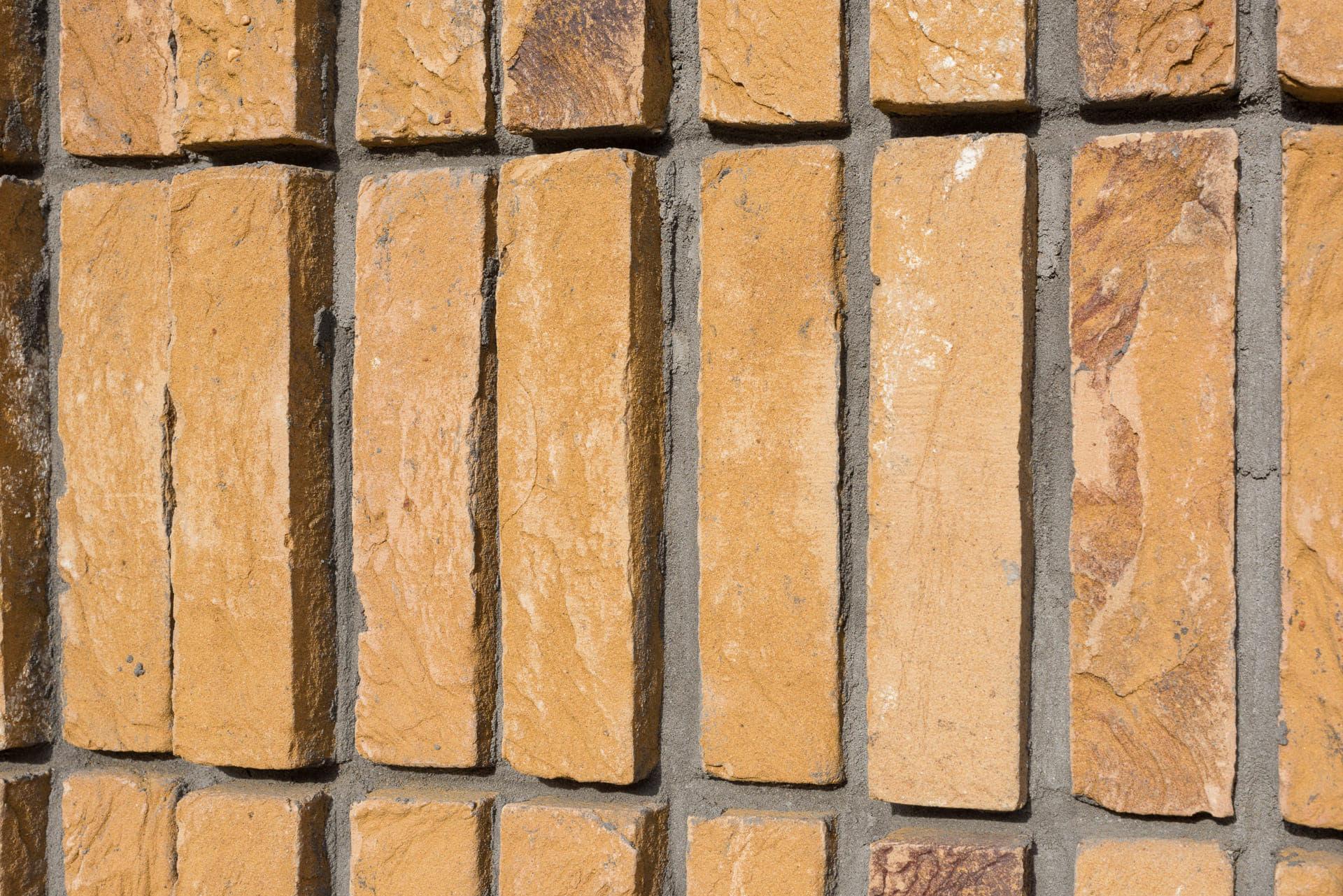 Detail staand metselwerk met gele steen
