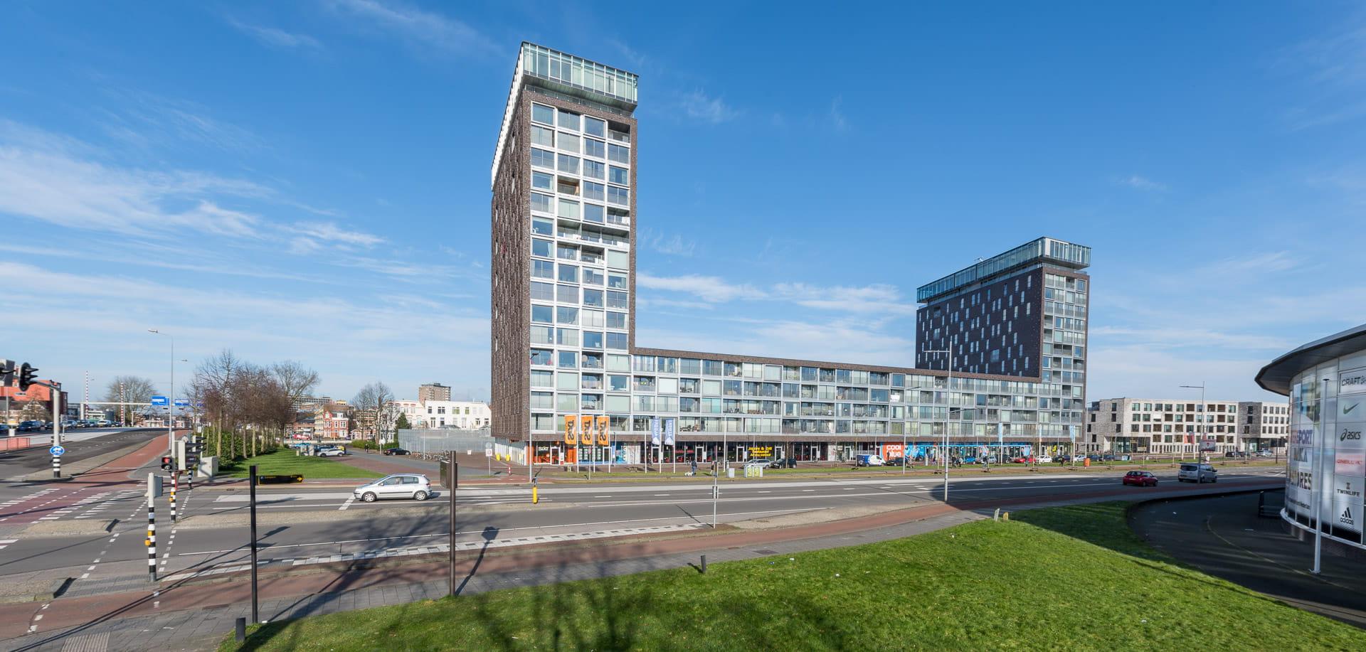 Kop van Oost Groningen twee torens met appartementen vooraanzicht