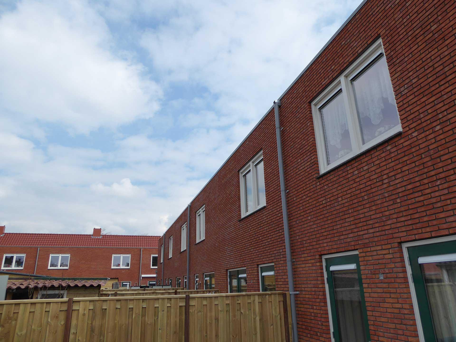 Havenbuurt Zaandam achterkant rij woningen met rode steen