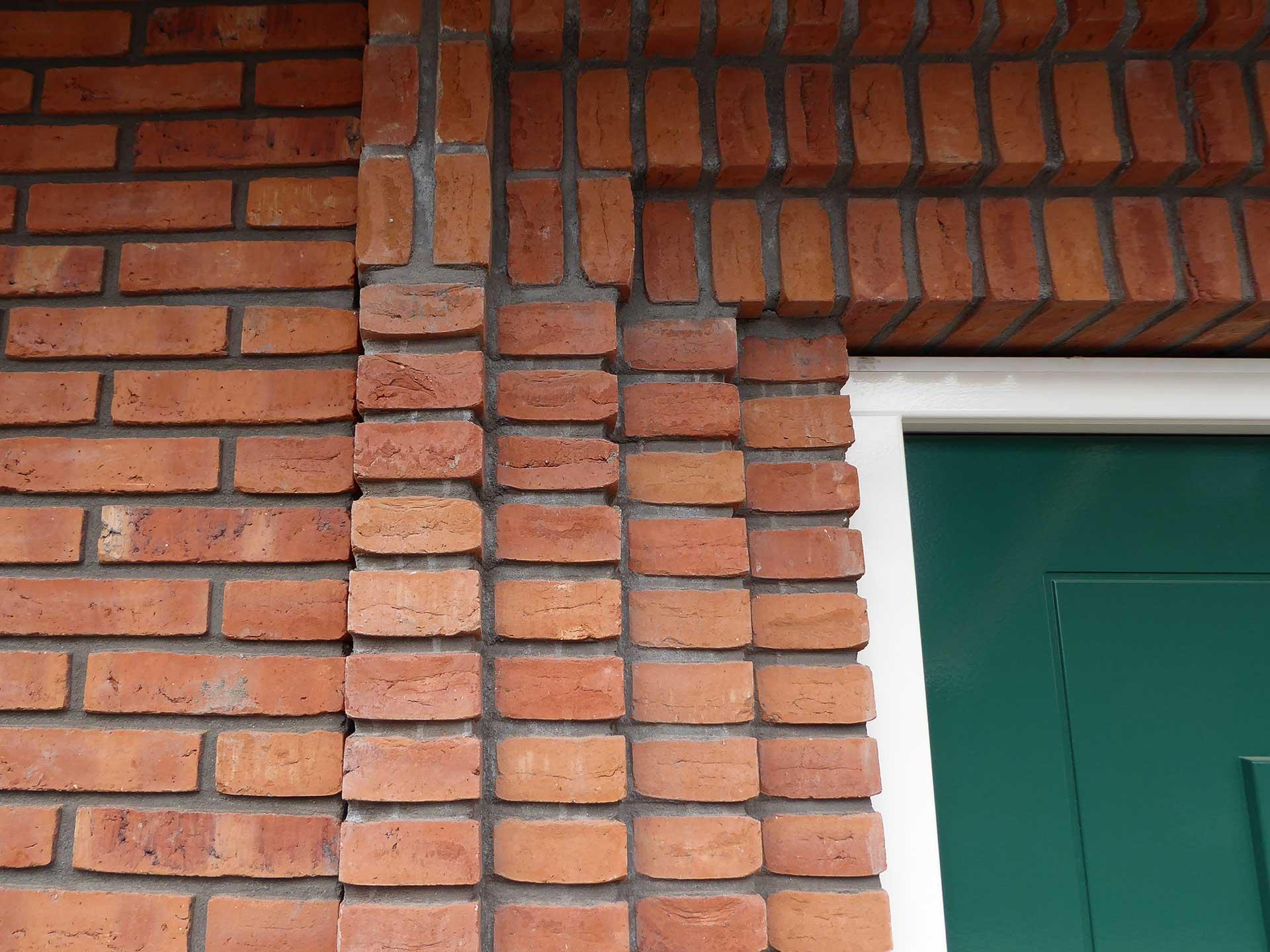 Havenbuurt Zaandam detail van verschillende lagen metselwerk rond een deur