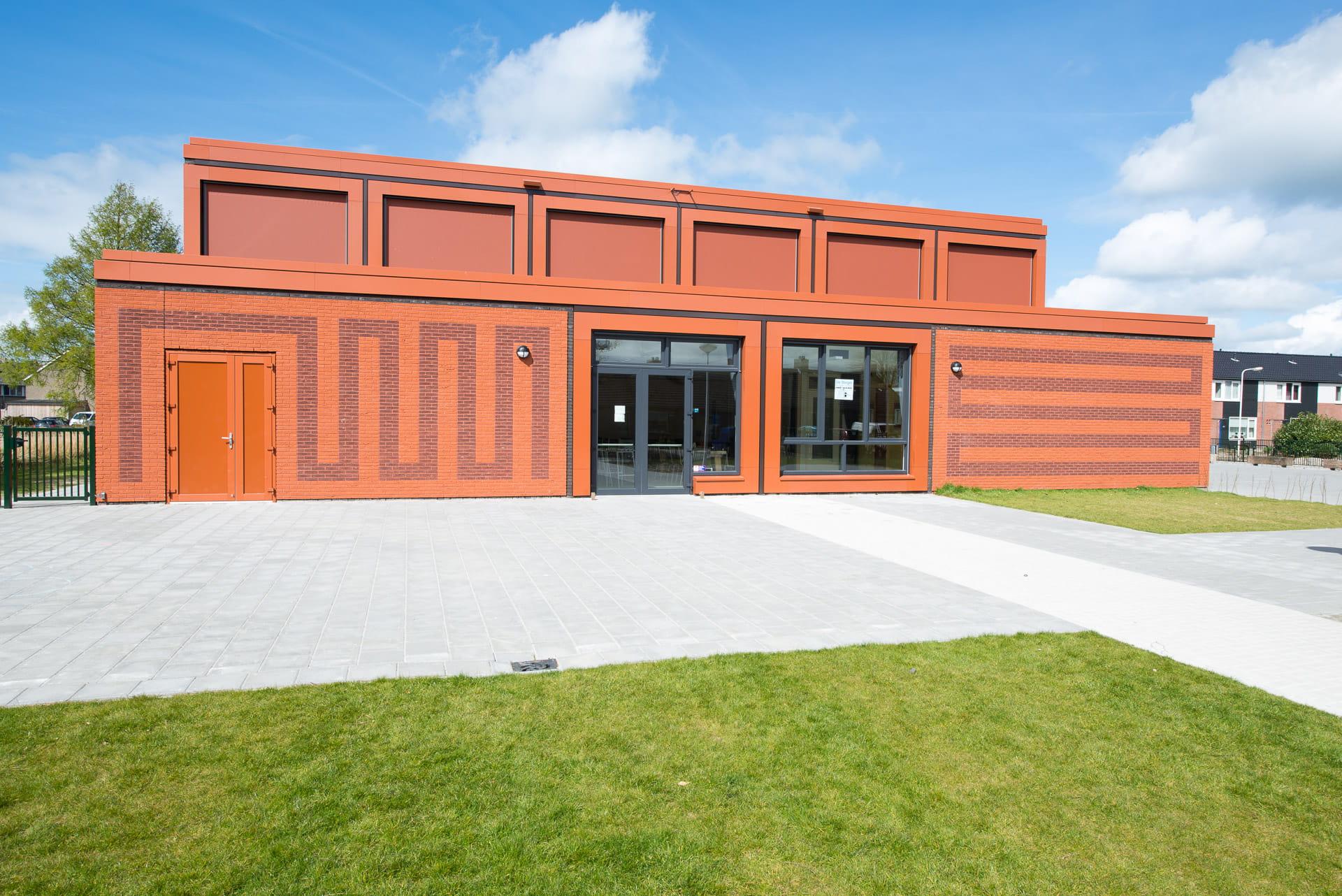 Nieuwbouw MFA Lemstervaart met rode steen en rode voeg met vlakken ind e gevel