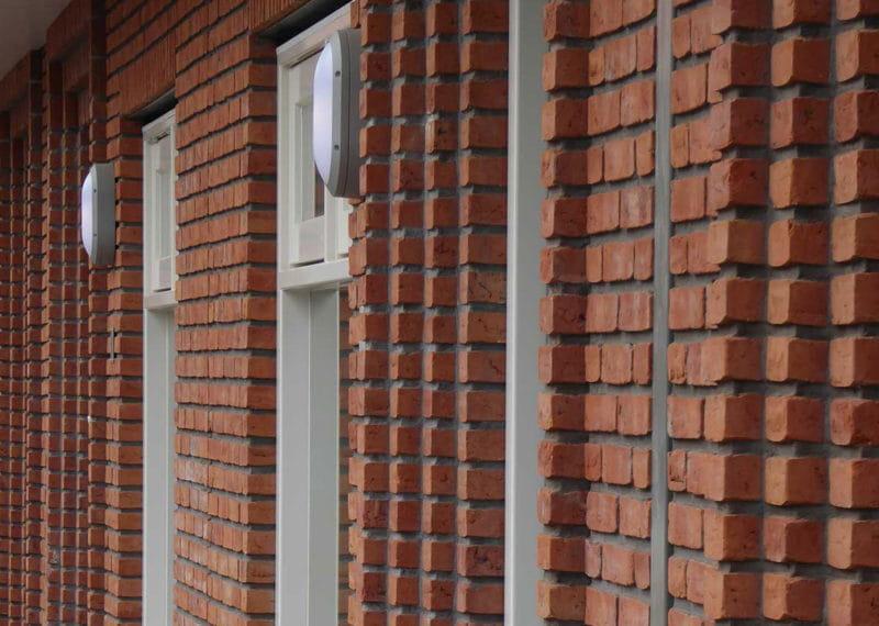 Havenbuurt Zaandam rij met bruinrode gevelstenen met voordeuren