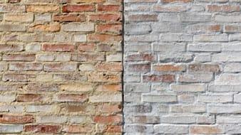 Een close-up van twee gemetselde gevels naast elkaar met links een donkere mortel en rechts een lichte