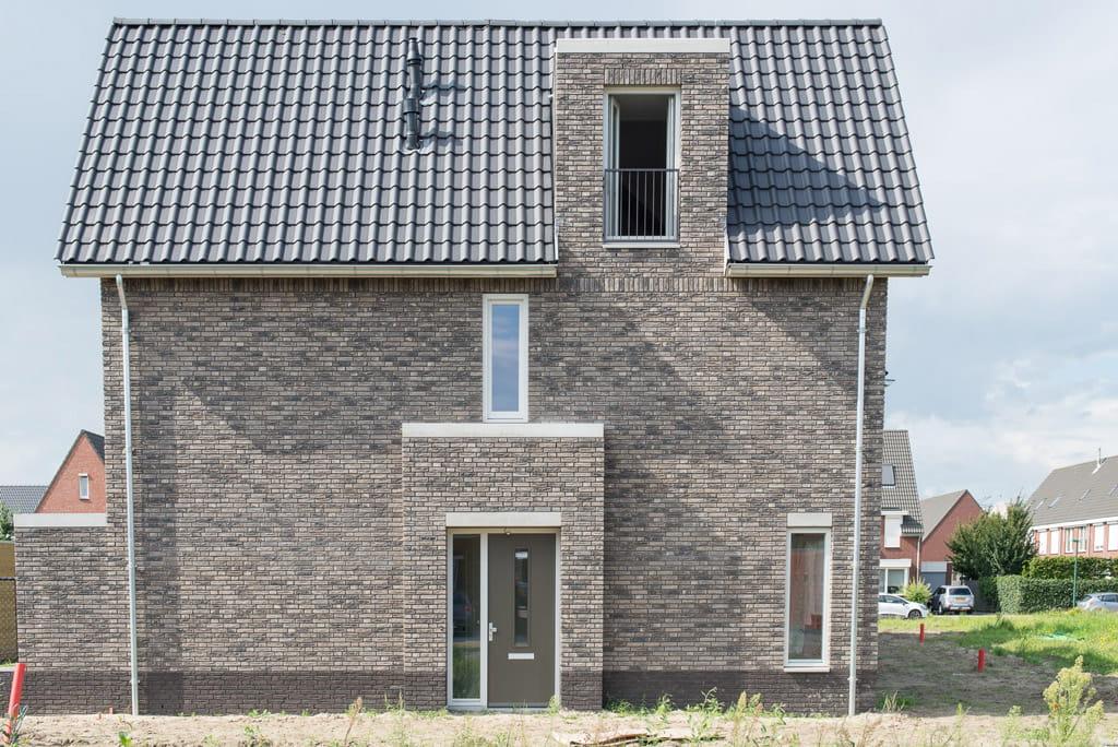 Huis van de zijkant met grijze steen