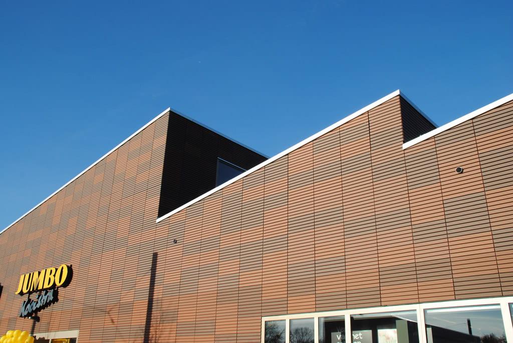 Gevel met hoekige daken en Argeton op de gevel aan het Molenplein in Heerenveen
