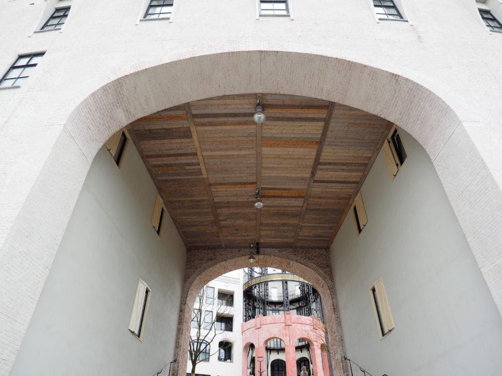 Boven van de poort van het Maankwartier in Heerlen met een houten plafond en prefab metselwerk bogen