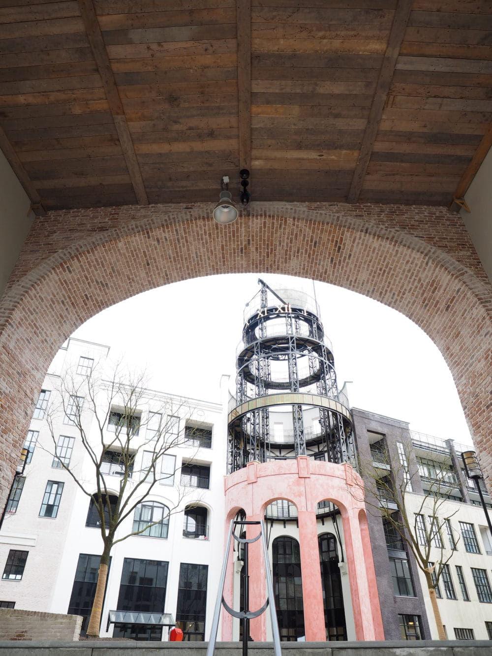 Zicht op boog of poort van het Maankwartier in Heerlen