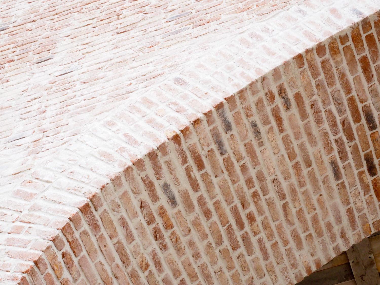 Een boog van prefab metselwerk van onderen bekeken