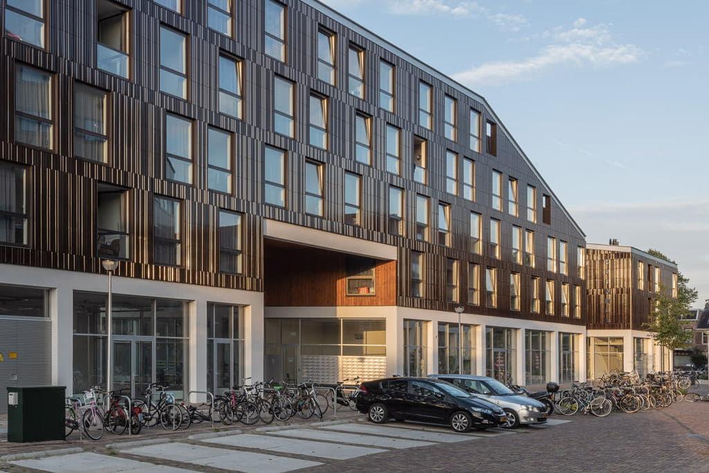 Overzicht van Keramus in Utrecht met fietsen op de voorgrond