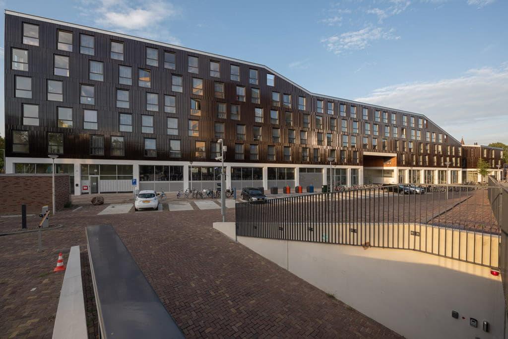 Overzicht van het gebouw Keramus waarbij gewerkt is met bruine Argeton tegels