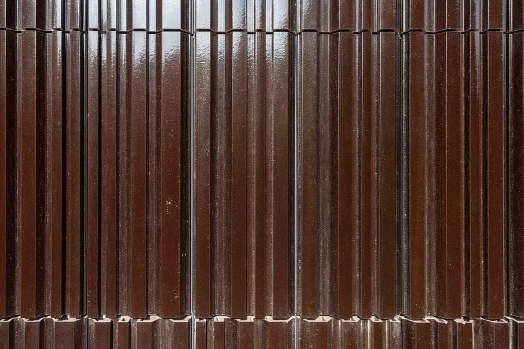 Detail van tegels van bruin argeton