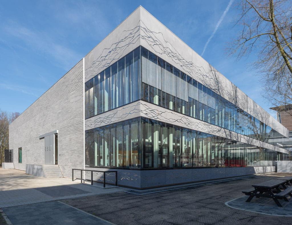 Hoek van ESL Utrecht met betonnen steenstrips
