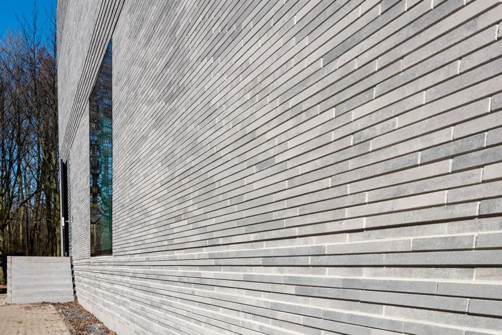 Muur met betonnen steenstrips bij ESL Utrecht