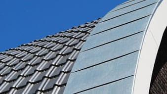 een rond dak tegen een blauwe lucht