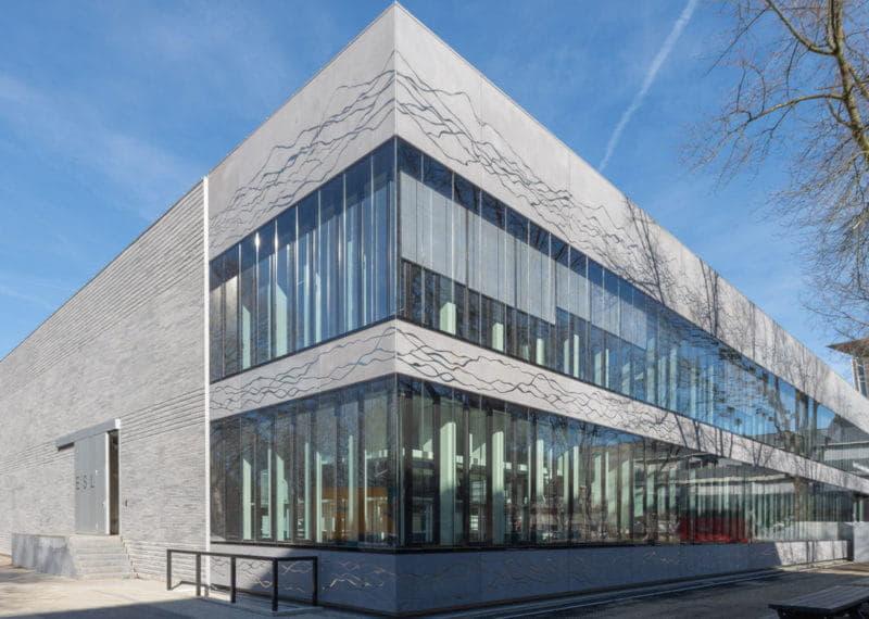 Zijaanzicht van een gebouw van betonstrips en glas
