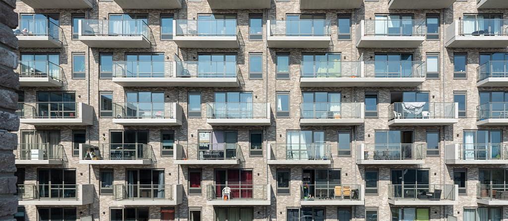overzicht van balkons met glazen ballustrades