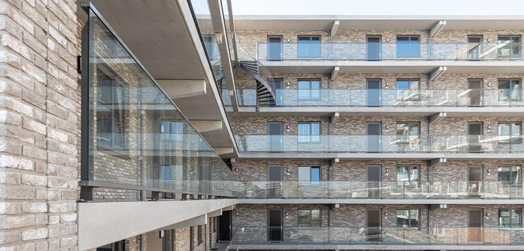 Toon in Utrecht met veel glazen balkons en gallerij