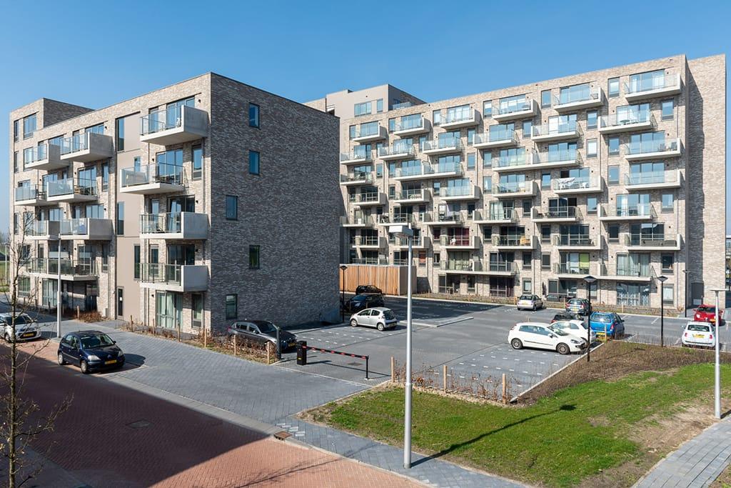 zijaanzicht van Toon Utrecht met balkons en ramen