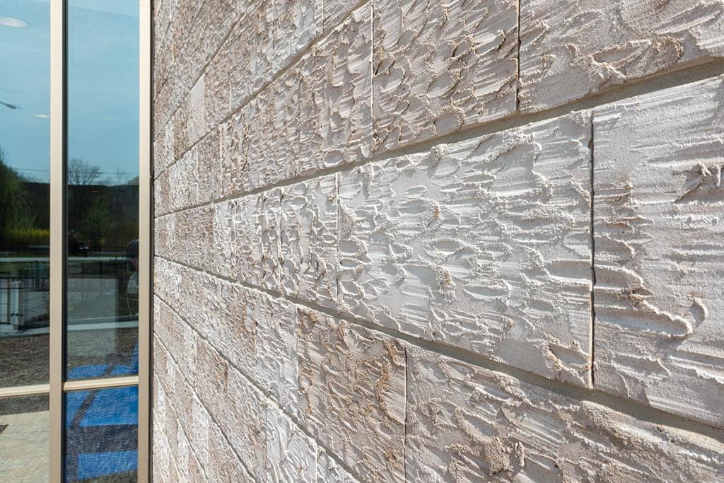 close-up van stenen in een lichte gevel