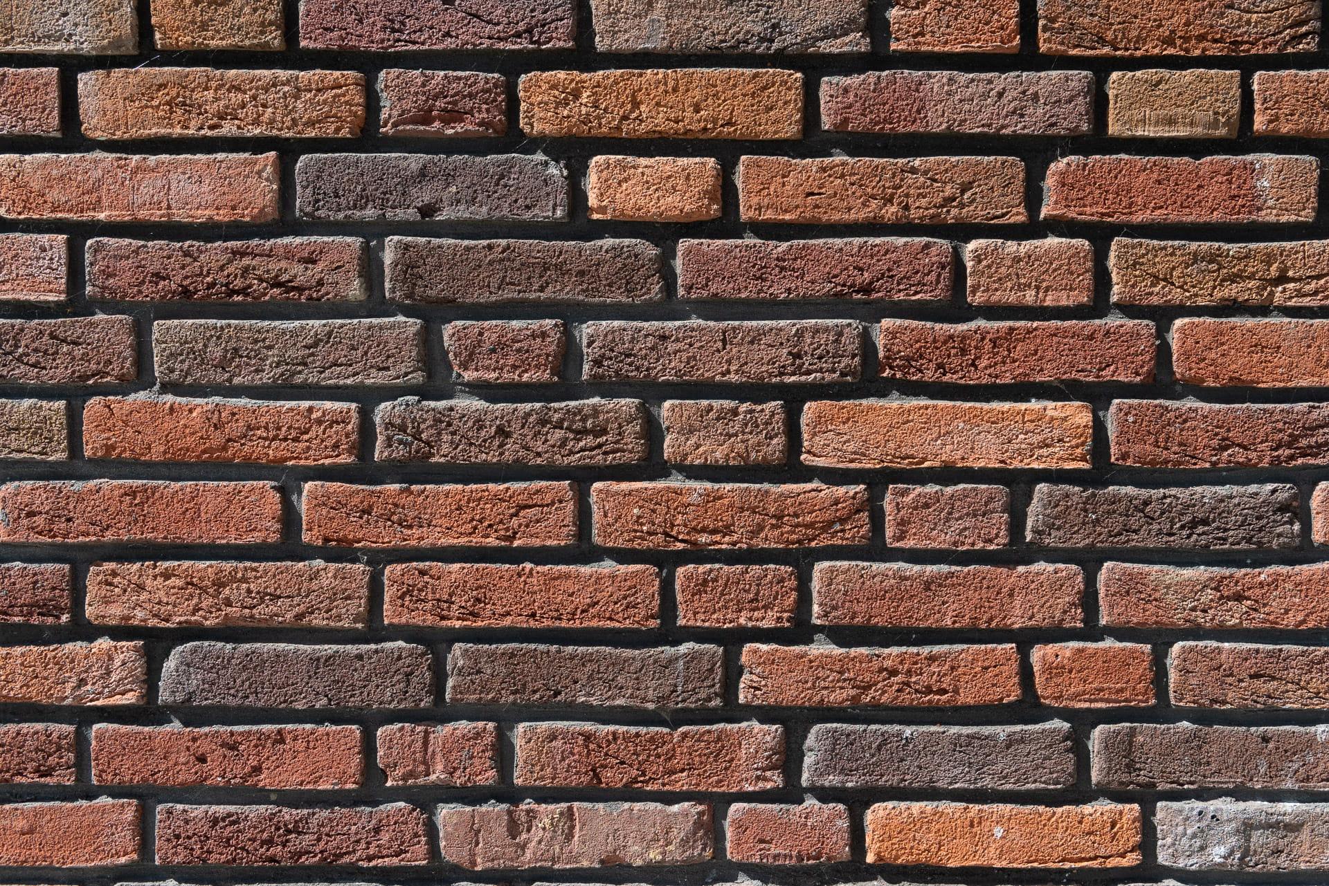 Roodbruine stenen muur van dichtbij bekenen
