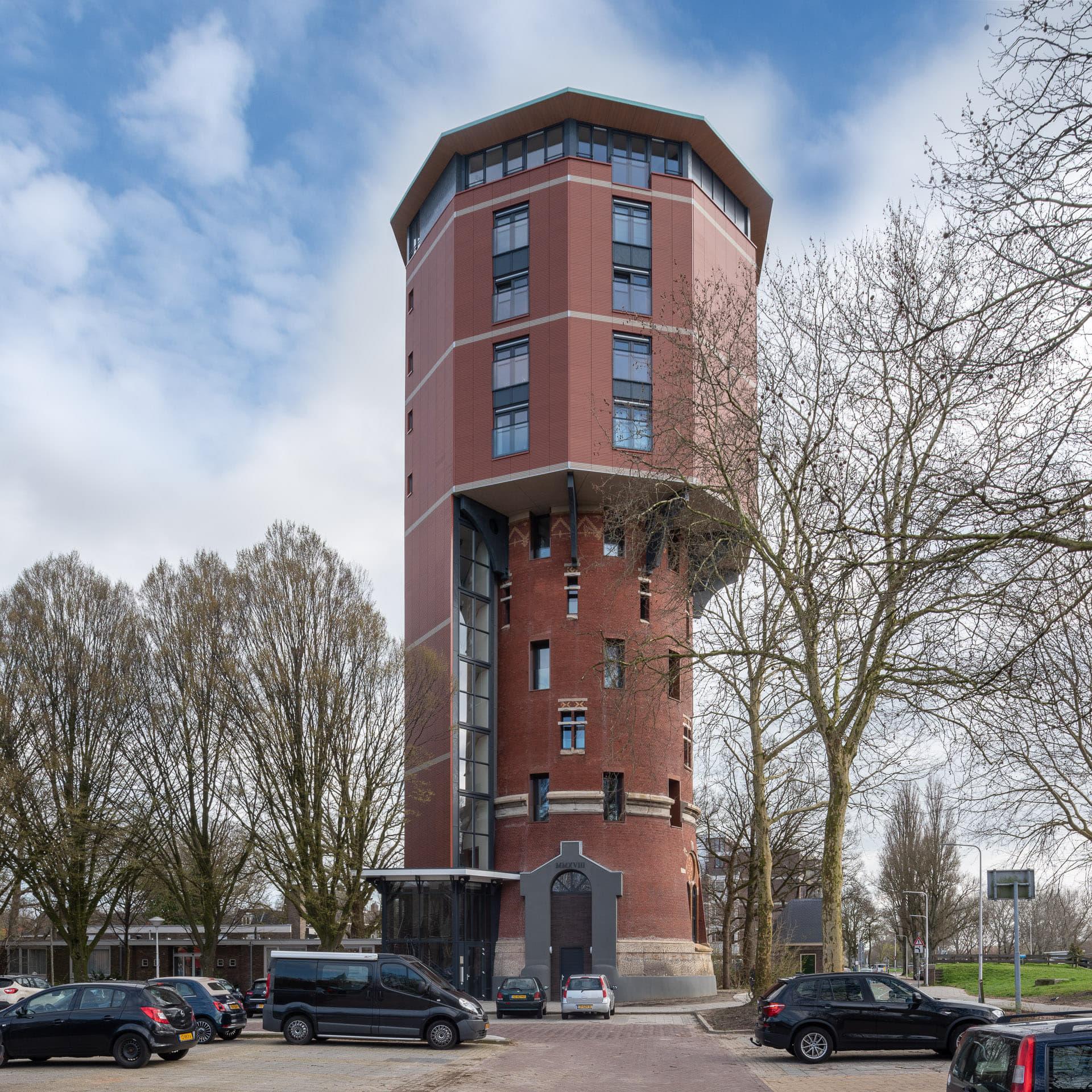 Watertoren Zwolle waar het oude in het nieuwe gedeelte overloopt