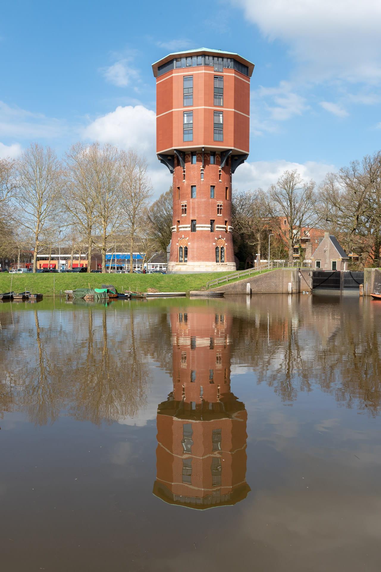 Zwolse Watertoren met gracht op voorgrond