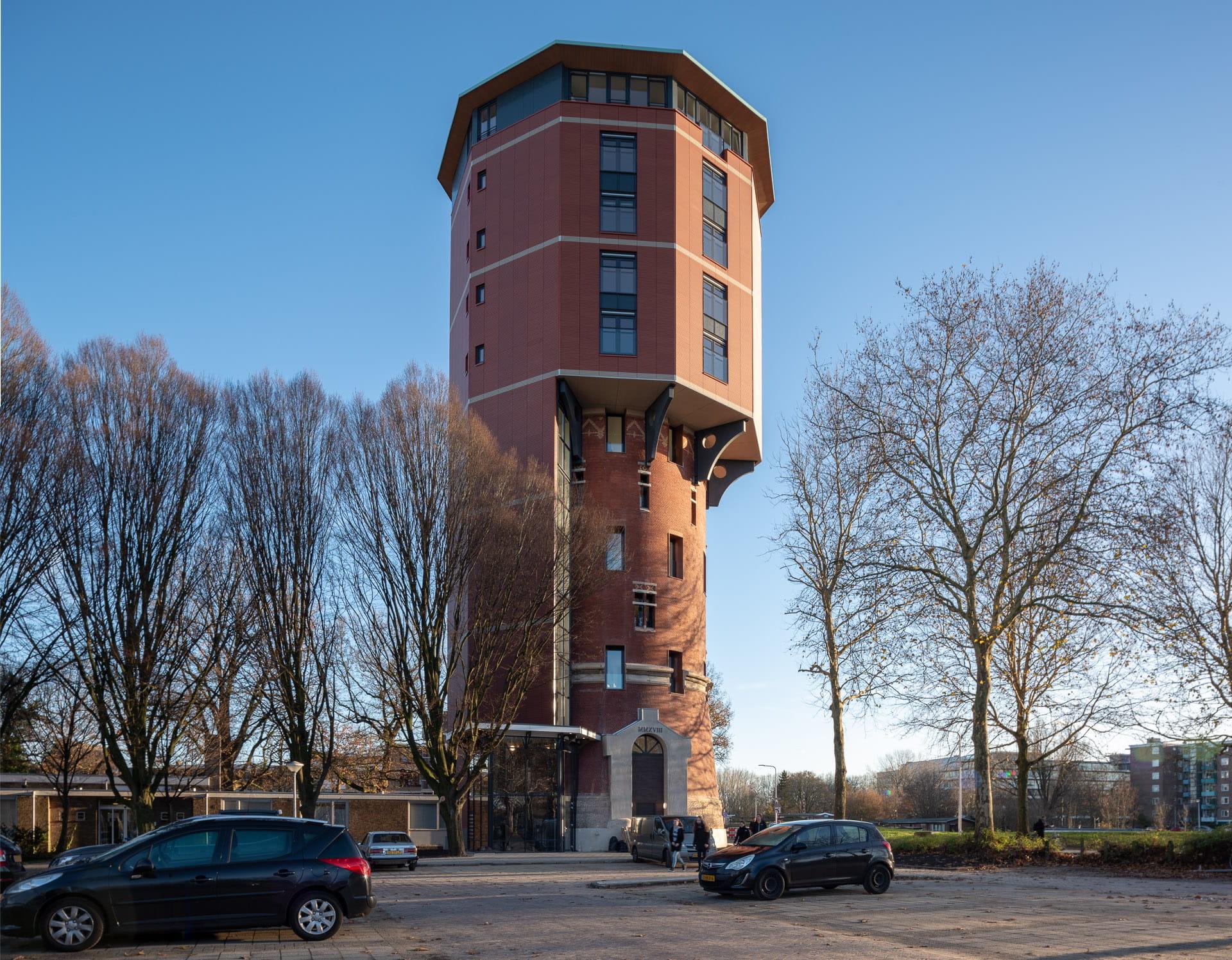 Zwolse Watertoren met blauwe lucht en parkeerplaats op voorgrond
