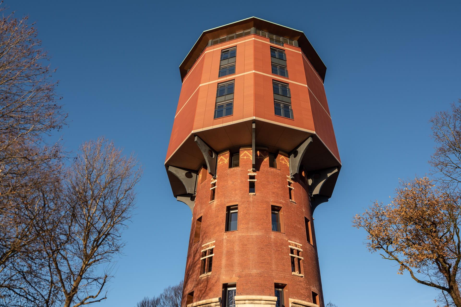 Zwolse Watertoren met zicht op de grote kap in roodbruine kleur
