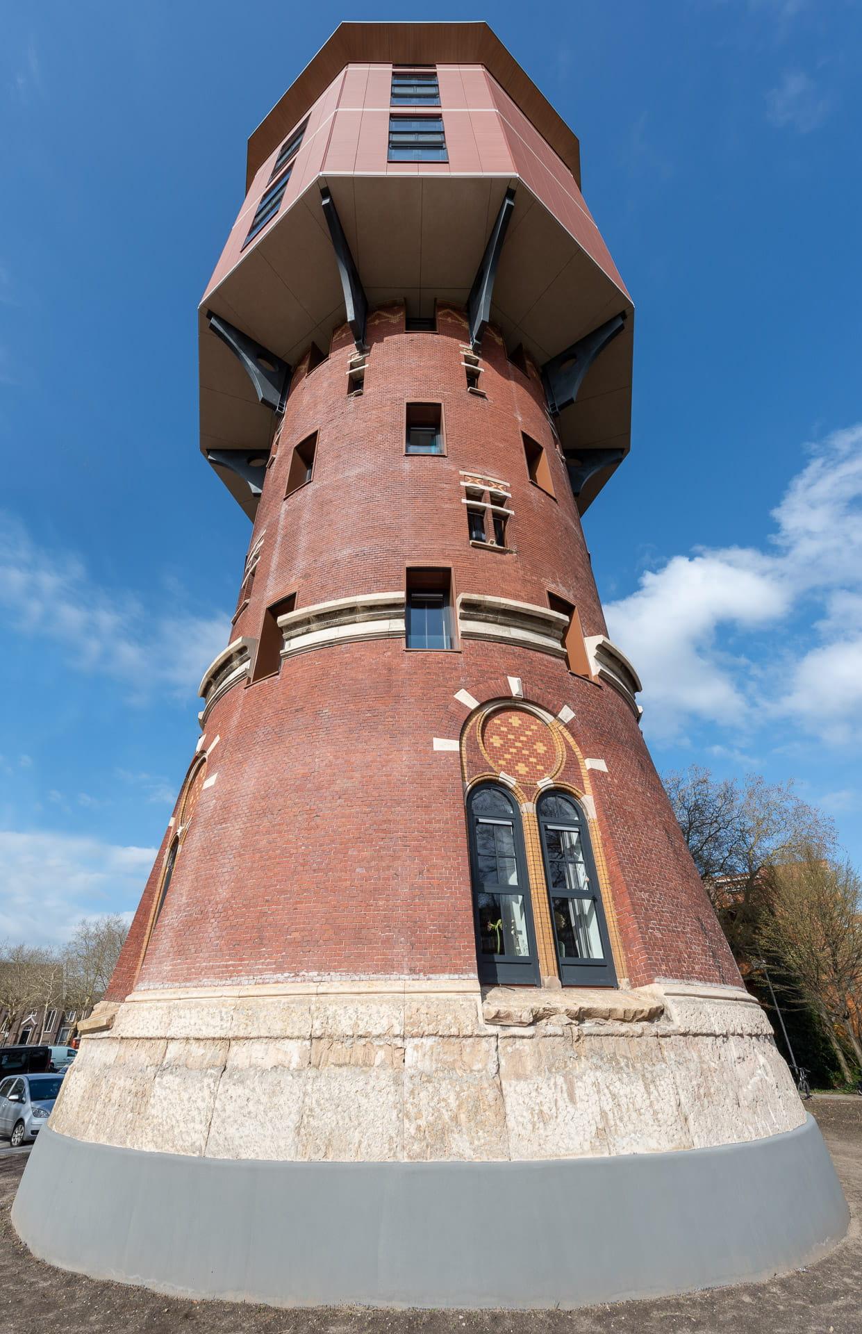 Zwolse Watertoren van onderen gefotografeerd met een blauwe lucht