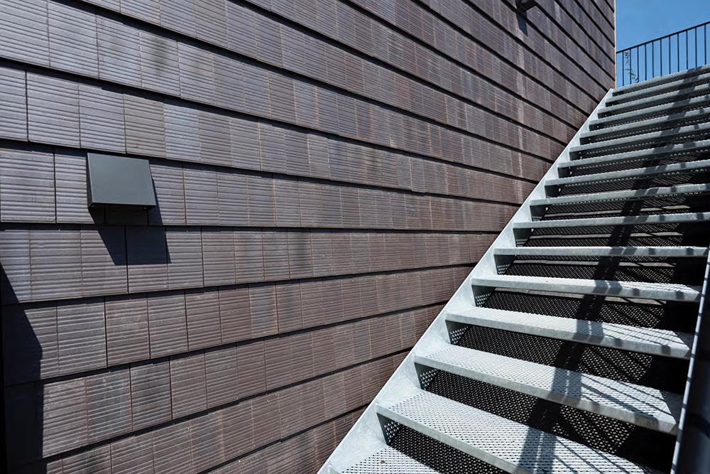 Trap tegen een muur van donkere tegels