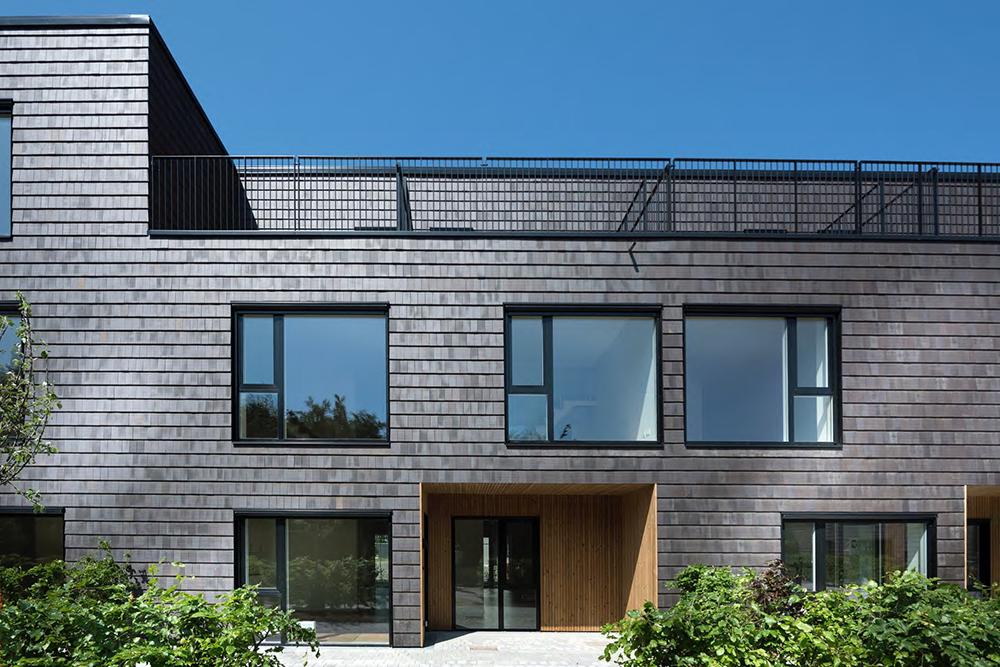 Vooraanzicht van een gebouw met donkergrijze Architile tegels