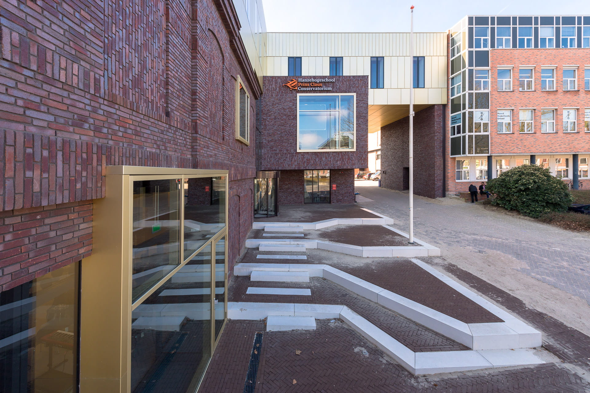 Ingang van het Prins Claus Conservatorium in Groningen met zicht op de stenen trappen.