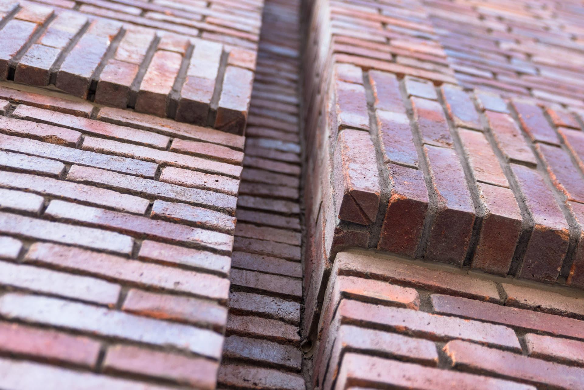 Closeup van een muur met verschillende lagen stenen