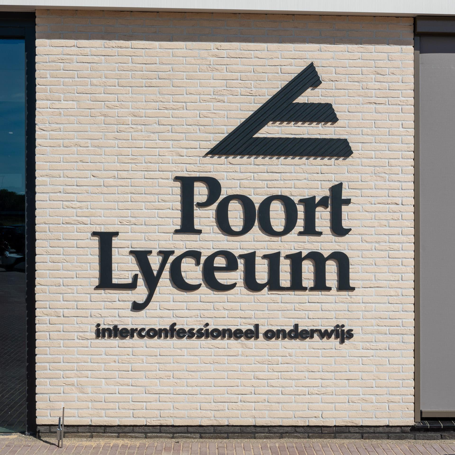 Logo van het Poort Lyceum op een lichte gevel