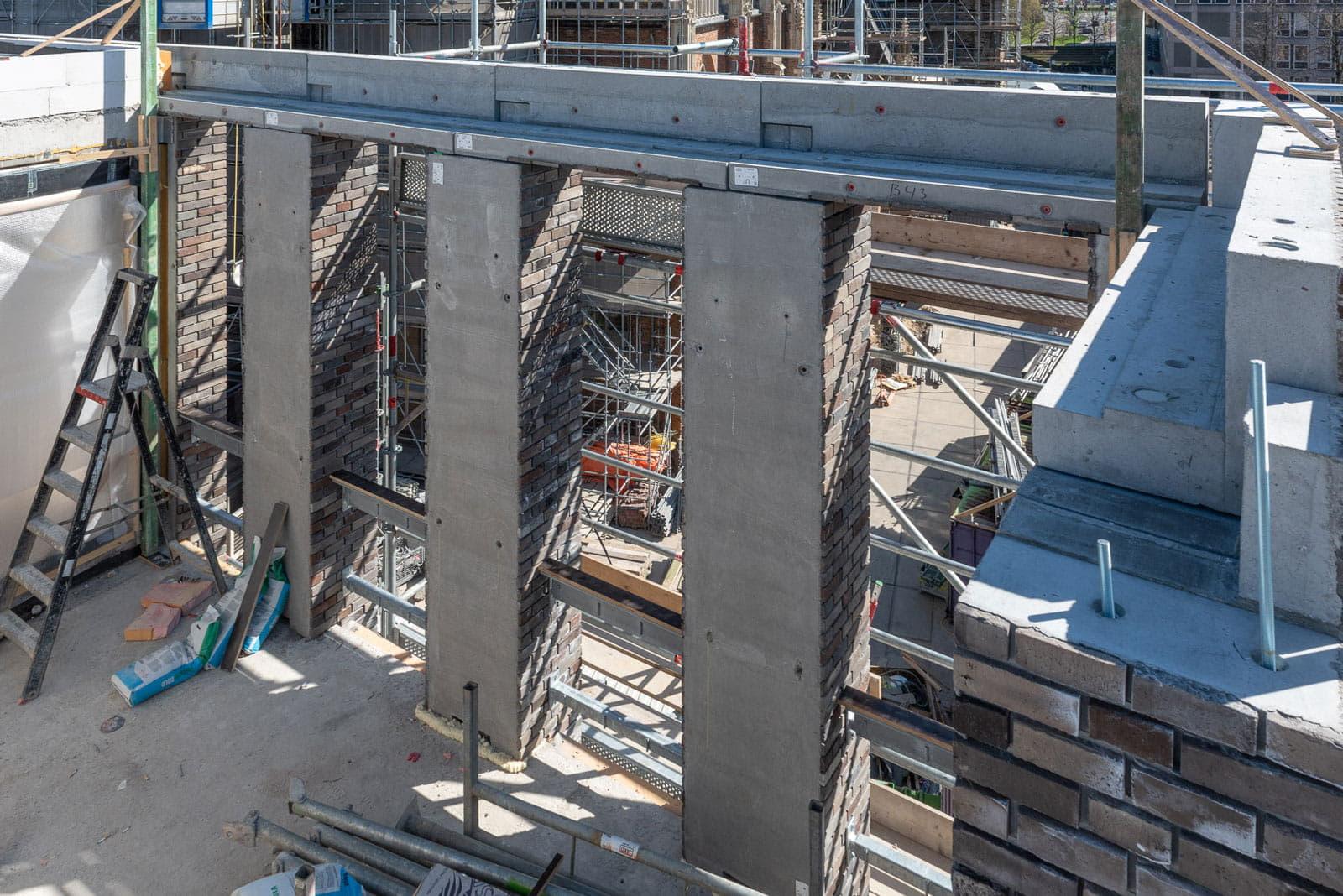 Drie zuilen van prefabelementen op een bouwplaats