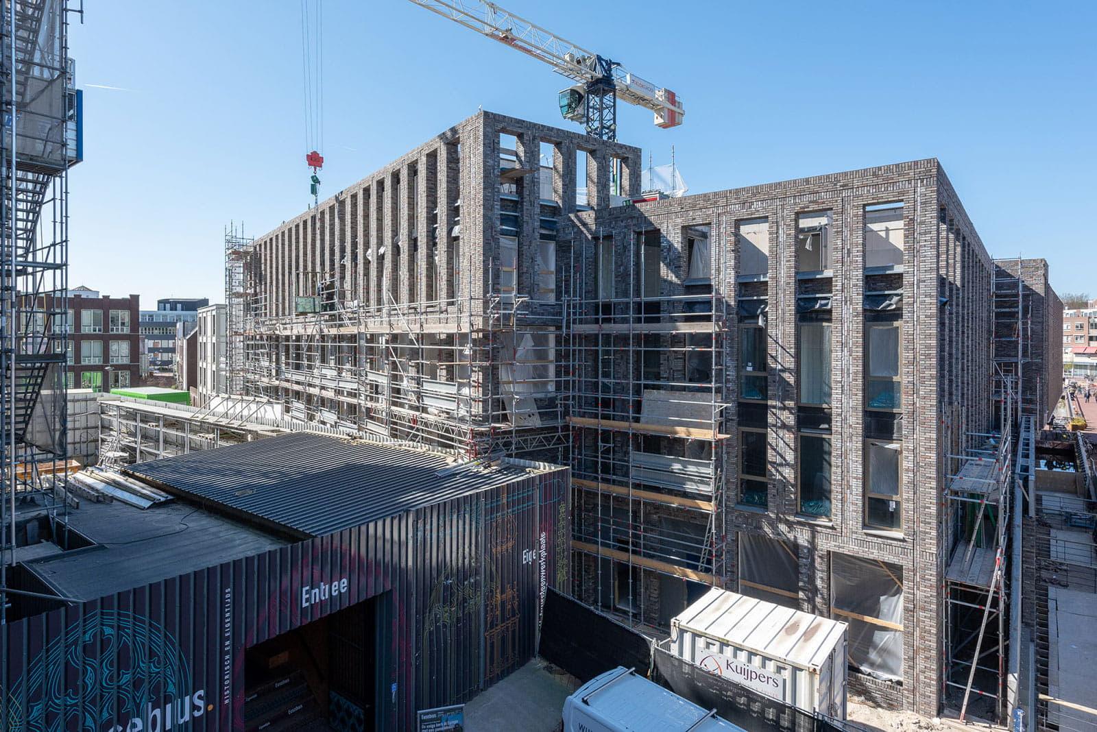 Een groot gebouw in aanbouw