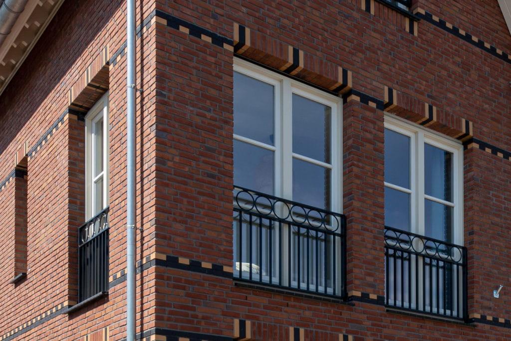Closeup van twee ramen van een hoek van een huis met prefabelementen