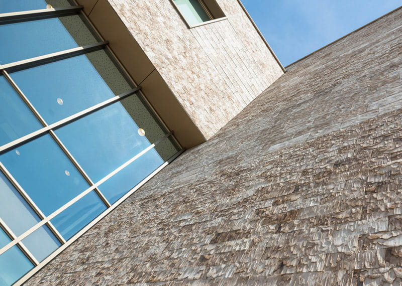 Hoornbeeck college in Goes. Gevel met een lichte Clickbrick van onderen bekeken. Clickbrick is geschikt voor circulair bouwen.