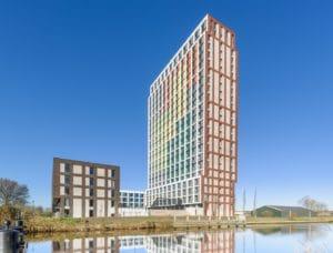 Toren met gekleurde gevel tegen een blauwe lucht
