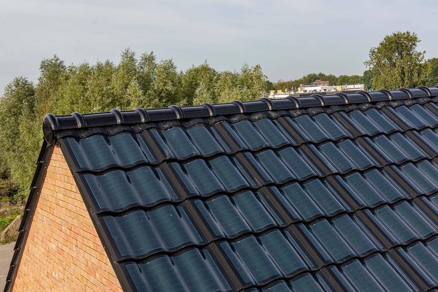 Nok van het dak met zonnepaneelpannen op de Loskade, met oog op duurzaam bouwen
