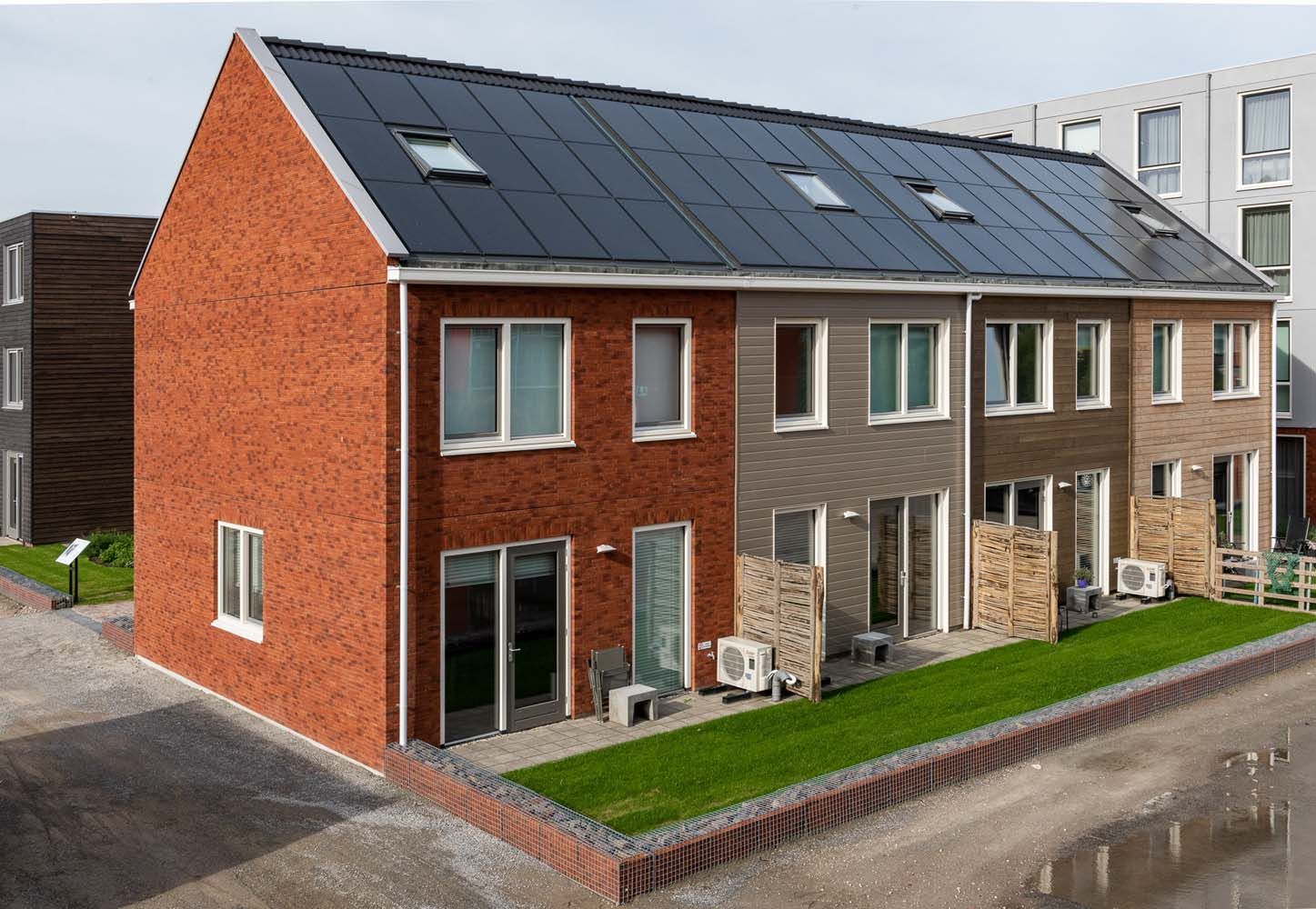 Vier woningen met verschillende gevels bij de Loskade in Groningen