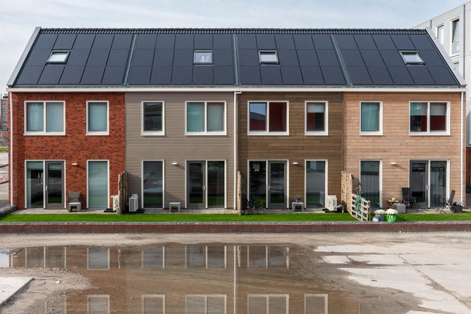 Rijtje van 4 woningen met allemaal verschillende kleuren gevels