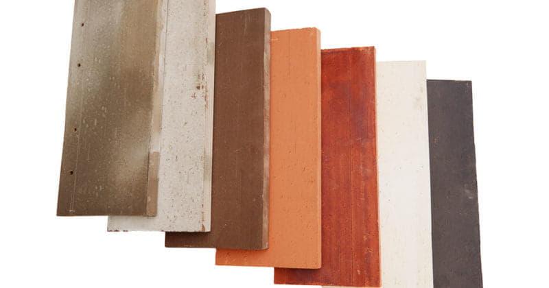 Waaier van zeven kleuren sidings van het keramische gevelsysteem Pantheon Nordic die over elkaar liggen