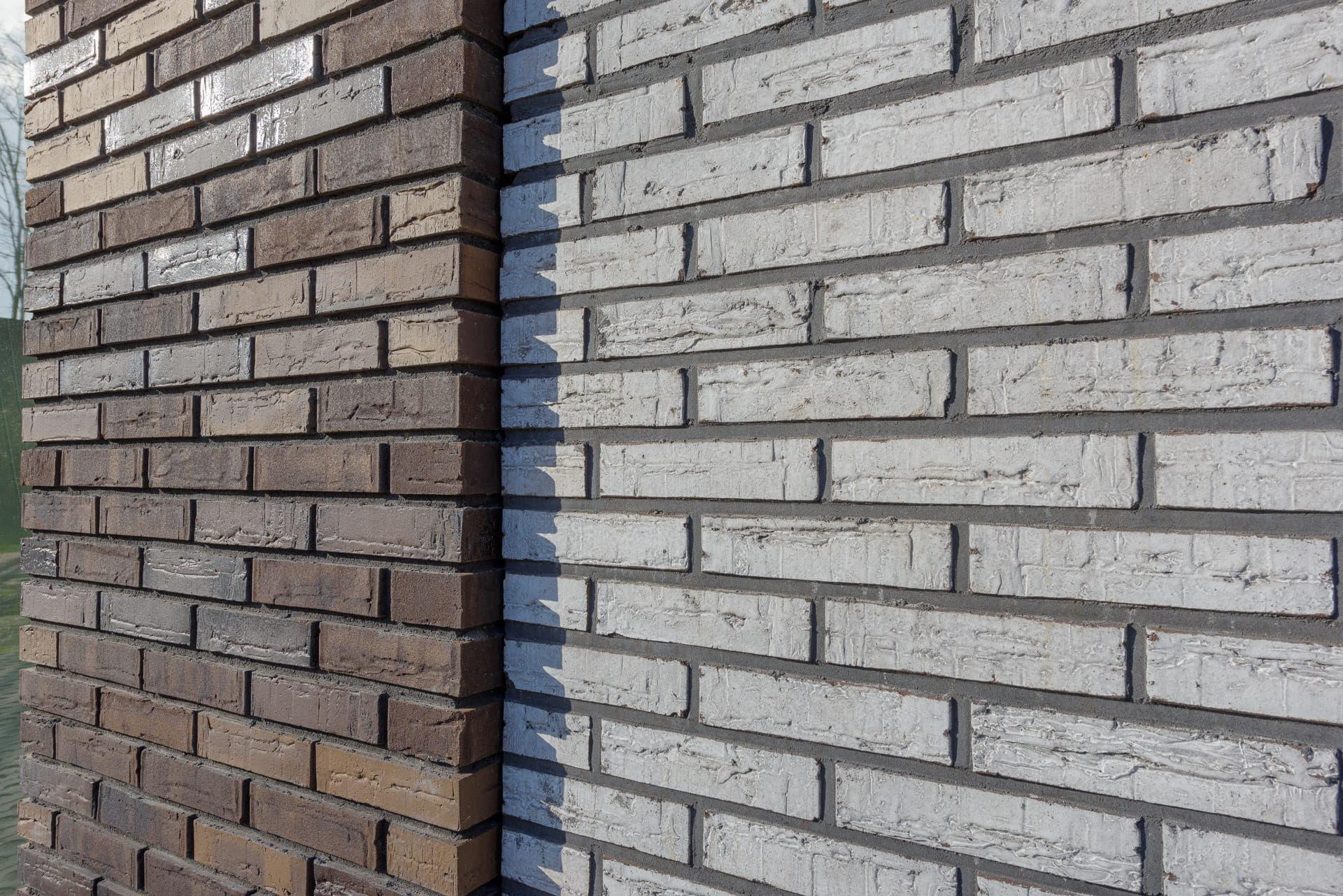 Detail van een muur met twee kleuren baksteen van zijkant bekeken