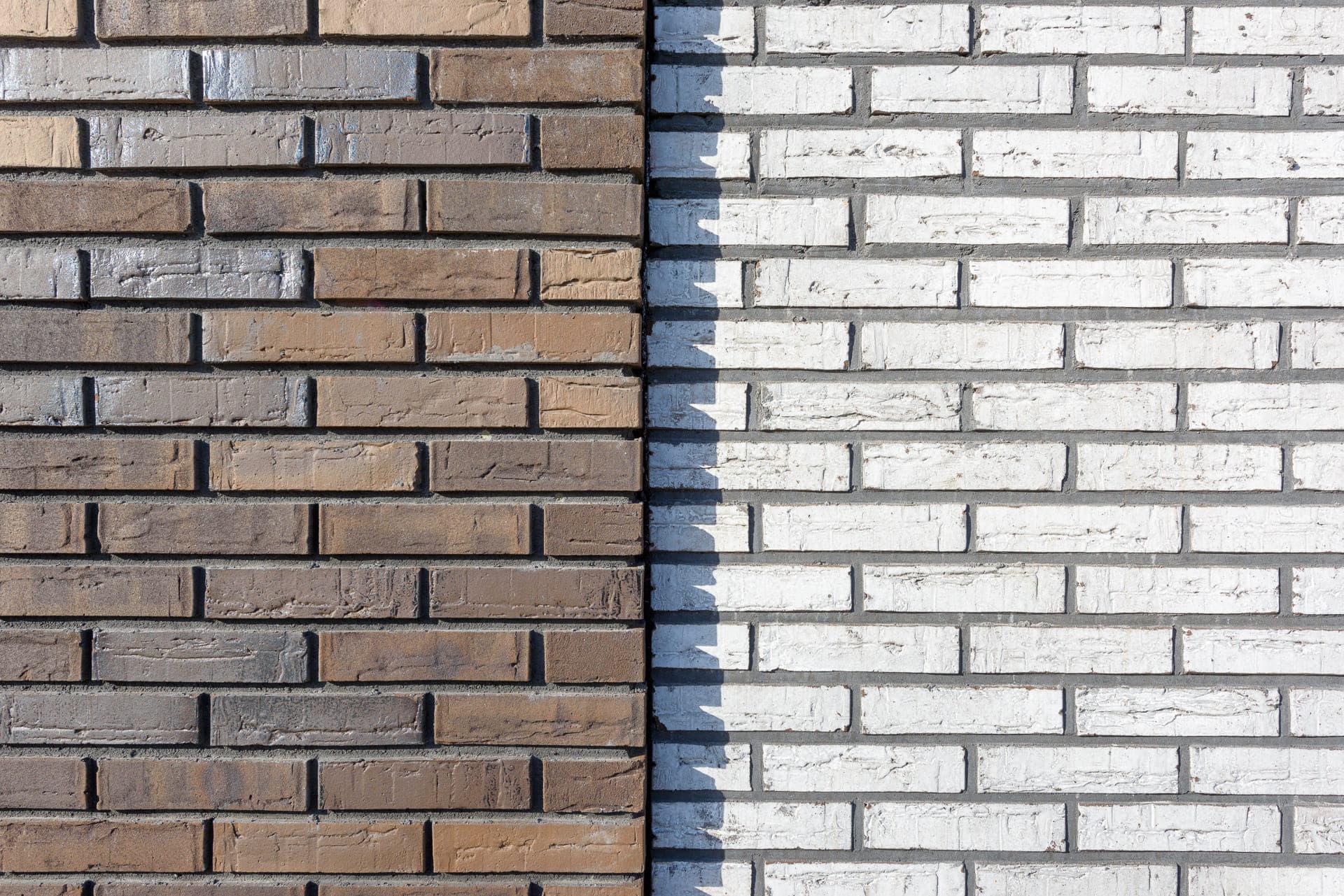 Detail van een muur met twee kleuren baksteen van voren bekeken