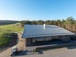 Dak van een gebouw op een golfbaan in het groen