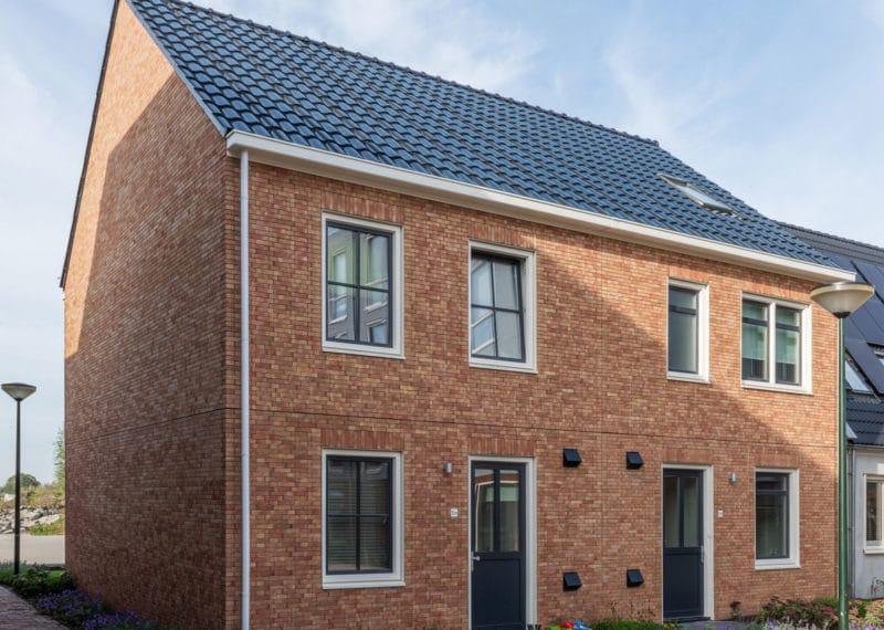 Twee onder een kap woning op de Loskade in Groningen waar een dakpan van zonnepanelen is gebruikt van Aberson