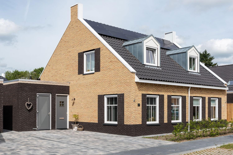 Licht huis met donkere dakpannen